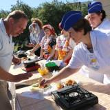 Жюри пробует блюдо из рыбы Нототения